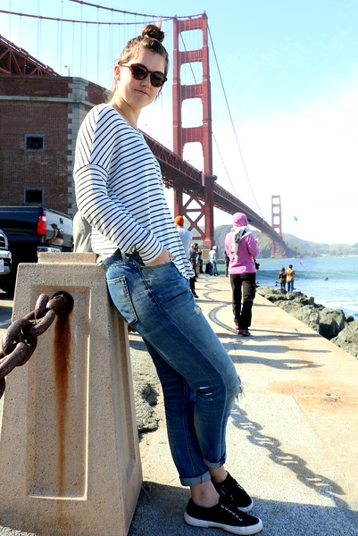 """Me: """"What are you doing?"""" Her: """"I'm looking at my boyfriend who is surfing.""""  The Golden Gate Bridge…a young lady looking at her surfer boyfriend… How splendid!   「何してるの?」 「彼氏がサーフィンしてるのをここから見てるの♪」  ゴールデン・ゲート・ブリッジを背に、波に乗る彼氏。その彼をずっと眺める彼女。美しい。"""