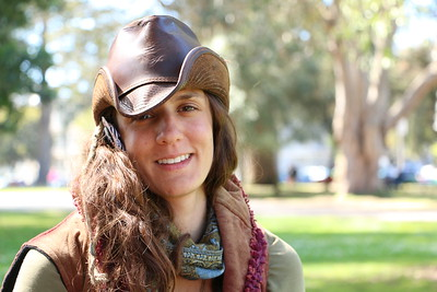 """I met her in Golden Gate Park. She seemed to be a hippie. I asked if I could take her picture and she said: """"Wait, let me put my cowboy hat on."""" At that moment, we connected.  ゴールデン・ゲート・パークで出会った女性。彼女の服装、荷物を見る限りヒッピーだ。 写真を撮っていい?と聞くと 「これが私のスタイル!」とカーボーイハットを鞄から取り出した。 彼女の優しい笑顔と美しい内面に触れた瞬間だった。"""