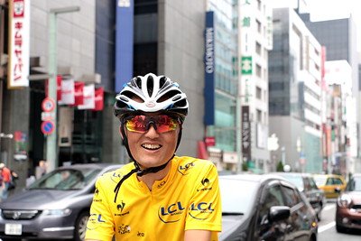"A 57 year old briskly running through Ginza. With a big smile on his face, he told me ""I'm going to run a race up Mt. Fuji with my son!"" How energetic!  銀座中央通りを颯爽と走る57歳。 「今度、息子と富士山のレースに出るんですよ~!」と満面の笑み。 なんてエネルギッシュなんだ!"
