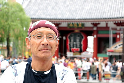 "Kenichi-san retired at 60 and became a rickshaw driver. In the middle of our conversation, he lightheartedly said ""I do this as a hobby to maintain my physical strength"" He is a young and splendid man.  Some people judge others by their age. That's a huge error! No matter one's age, anyone can be young and radiant!!  サラリーマン生活を終え、60歳から人力車を引き始めた健一さん。 「体力維持のために趣味でやってますから〜!」と軽快に話す彼。 とっても若々しく輝いている。  人は、時々 老いを年齢で判断する。 それは大きな間違いだ! 年齢に関係なく、人は若々しく輝ける!!"