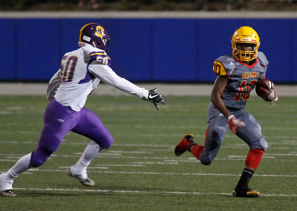 . Palma\'s Jon-jon Berring runs the ball against Salinas during football at Rabobank Stadium in Salinas on Friday September 21, 2018.  (David Royal/ Herald Correspondent)