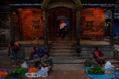 maket sellers in Taumadhi tole (the wooden porch was destroyed by the earthquake that affected Nepal on april 25th, 2015)