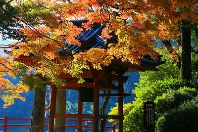 平和の鐘と紅葉
