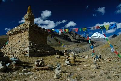 3 sizes of stupas