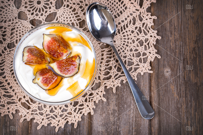 Yogurt with figs and honey