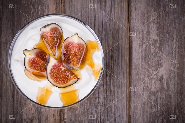 Greek yogurt with figs and honey