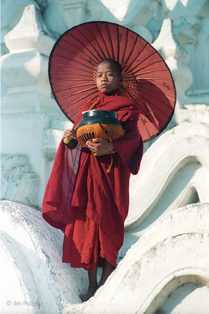 Young Monk w Umbrella (Mingum)