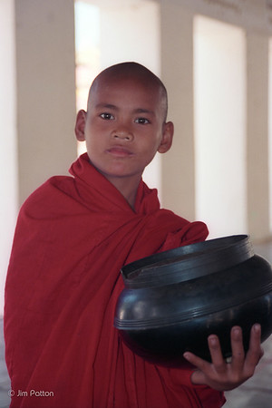Monk w bowl at Shweizgon Pagoda (Bagan)
