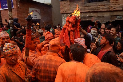 Sindur Jatra: devotees trying to touch the holy fire