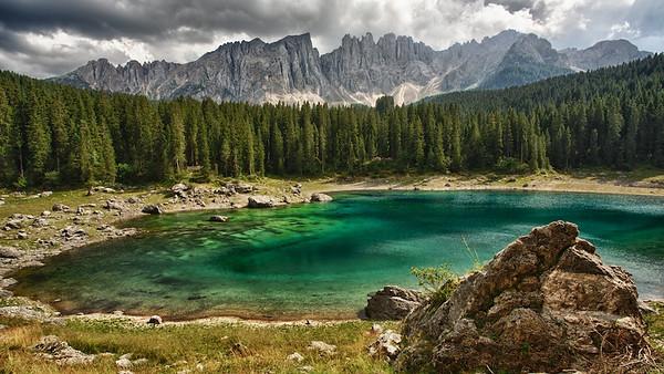 Karersee mit Latemar - Dolomiten, Südtirol, Italien  Karersee with Latemar - Dolomites, South Tyrol, Italy - mehr dazu im Blog: Dolomiten in Schwarzweiß