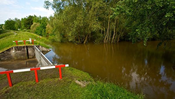 Sperre an der L566  Lock on the L566  - mehr dazu im Blog: Der braune Rhein
