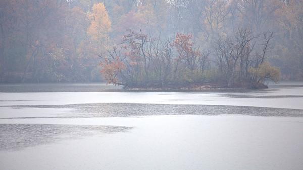 Kleine Insel im Regen - Fermasee, Rheinstetten, Deutschland  small island in the rain - Fermasee, Rheinstetten, Germany  - mehr dazu im Blog: Fotografieren im Regen
