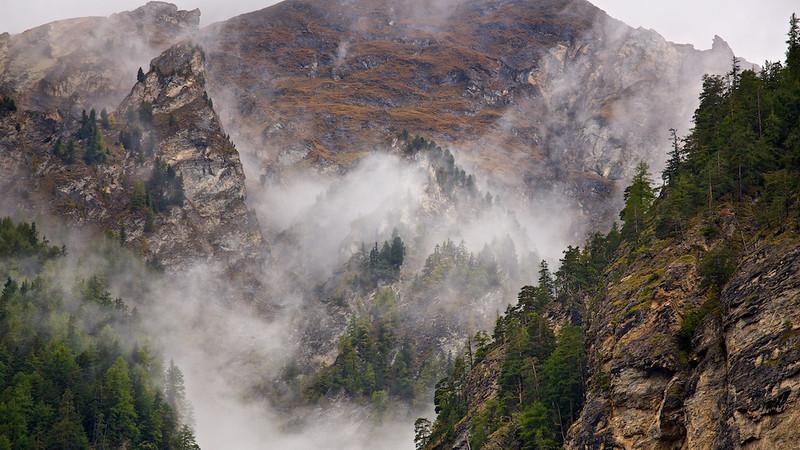 Vom Nebel verhüllte Bergwelt - Engadin, Schweiz<br /> <br /> Veiled by mist mountain - Engadin, Switzerland