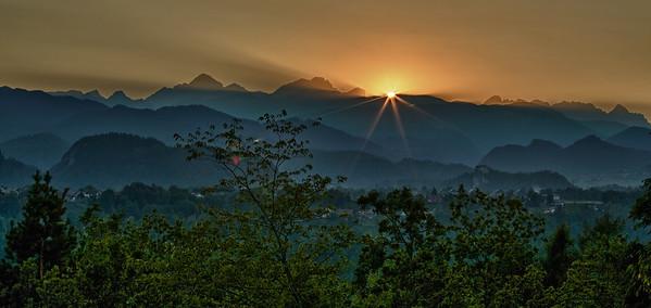 Sonnenuntergang hinter dem Triglav-Massiv - Bled, Slovenien  Sunset behind the Triglav Massif - Bled, Slovenia