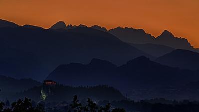 Burg Bled nach Sonnenuntergang - Bled, Slovenien  Bled castle after sunset - Bled, Slovenia