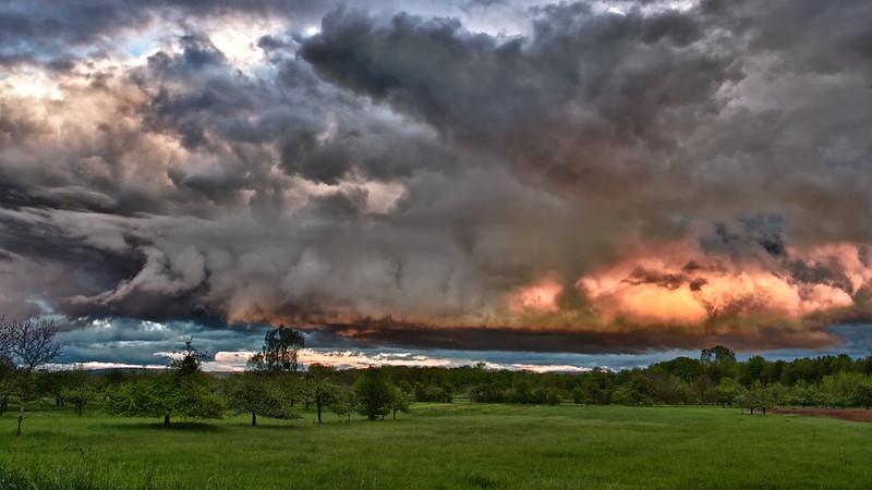 """Wolkenformation über den Streuobstwiesen - Rheinauen, mittlerer Oberrhein, Deutschland<br /> Cloud formation, middle Upper Rhine, Germany<br /> - mehr dazu im Blog: <a href=""""http://arnohelfer.wordpress.com/2012/05/16/gewitterhimmel/"""">Gewitterhimmel</a>"""