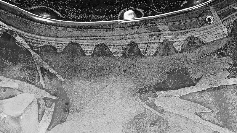 """Muster in Eis<br /><br />  Patterns in Ice<br /><br /> - mehr dazu im Blog: <br /><a href=""""http://arnohelfer.wordpress.com/2013/02/12/kunstwerke-in-eis/"""">Kunstwerke in Eis</a><br />"""