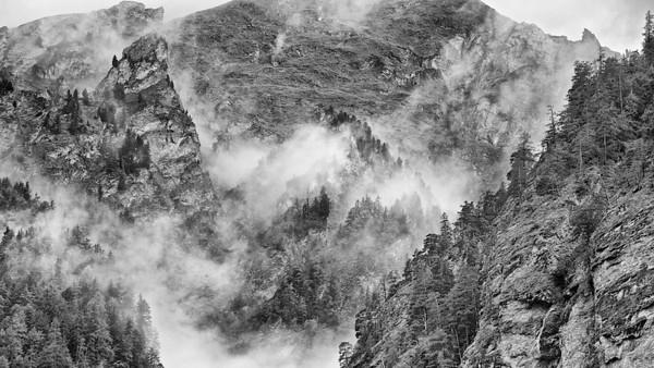 Vom Nebel verhüllte Bergwelt - Engadin, Schweiz  Veiled by mist mountain - Engadin, Switzerland
