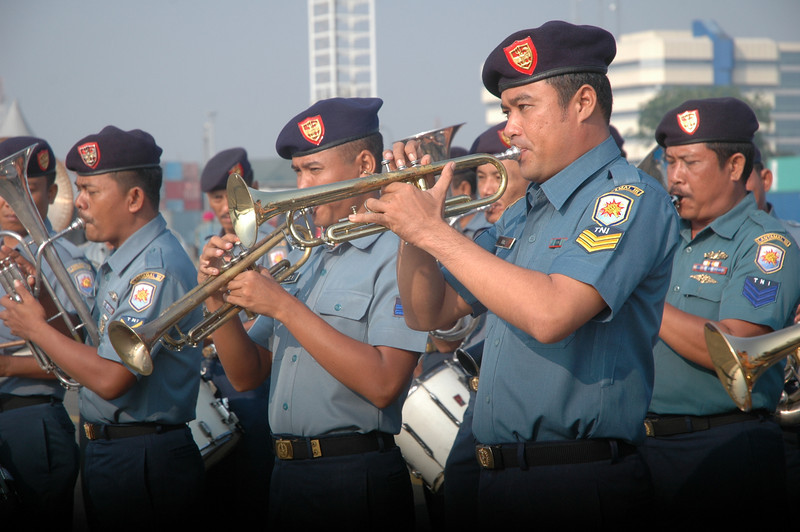 The Indonesian Western Fleet Navy band welcomes the HMNZS Te Mana to Jakarta in June 2011