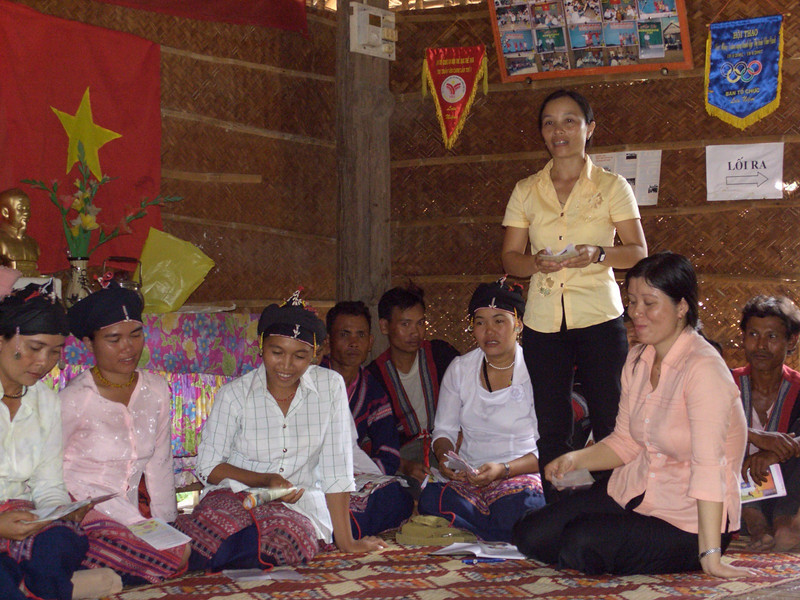 A peer educator provides information about reproductive health to members of a Cham communitym, Viet Nam. Credit: New Zealand Ministry of Foreign Affairs and Trade