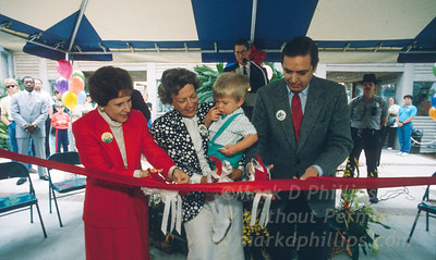 Governor Robert Martinez and Mrs. Lowry cut ribbon to open Lowry Park Zoo in Tampa, Florida