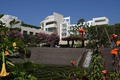 DSC00240 Getty Buildings maze in fg