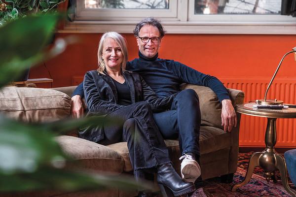 Rudolf de Graaf en Mary - antikraak wonen, voormalige HBS Zuideinde, Meppel foto: Wim Goedhart