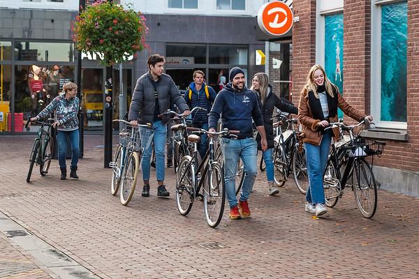 In verband met mogelijke schade worden kostbare fietsen lopend overgebracht naar het nieuwe pand van fietsenzaak L'Hirondelle.