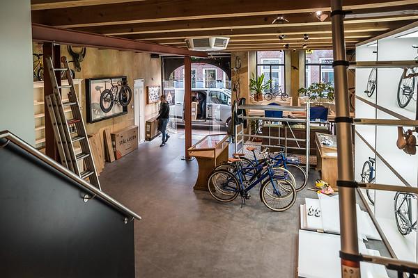 Het nieuwe pand van fietsenzaak L'Hirondelle aan de Kruisweg 15 in Meppel wordt in stijl ingericht.  Oscar en Sjoerd Linde.