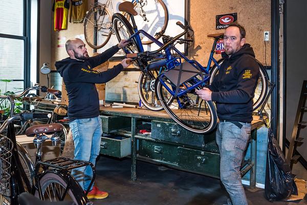 Sjoerd en Oscar Linde tijdens de verhuizing van fietsenzaak L'Hirondelle in het nieuwe pand aan de Kruisweg in Meppel.