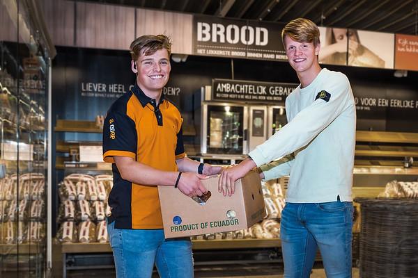 Hidde van Scheijen (l), Coop supermarkt Nijeveen en klant.