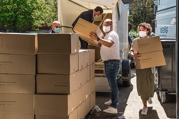 Farmforte overhandigt 2000 zakken zoete aardappelchips aan het personeel van Isala Meppel.