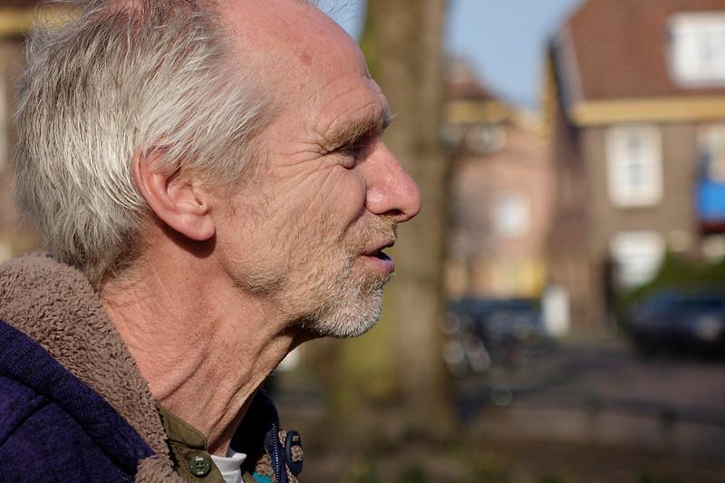 Nederland, Amsterdam, va der Pekbuurt, 16 maart 2017, Stadsecoloog Fred Haaijen en Peter van Poelgeest van Duurzaam Fauna Advies vertellen over de natuur in de van der Pekbuurt, foto: Katrien Mulder