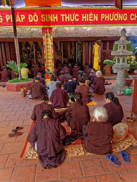 Worshippers at Tran Quoc Pagoda