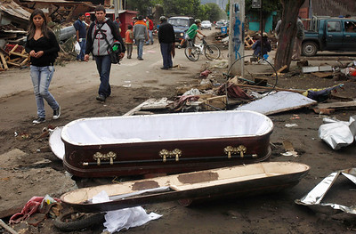 People look at an empty coffin in Constitucion, Chile, Monday, March 1 , 2010. (AP Photo/ Roberto Candia)