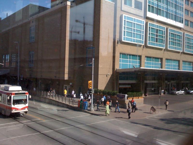 Primera foto sacada a traves del telefono. <br /> Sacada desde esa cafeteria con grandes ventanales a la que suelo ir, se ve el tren que circula por la septima avenida. (si, Calgary tiene 7 avenidas!)
