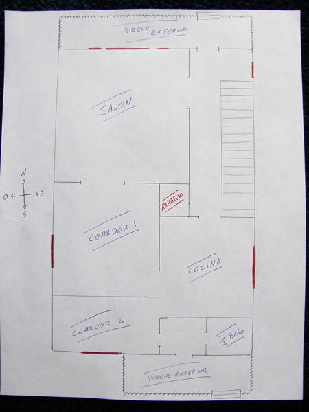 Plano de la planta baja.<br /> En rojo las ventanas.<br /> Se entra a la casa por el Norte (arriba)