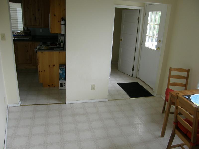 Comedor 2. Conecta con la cocina, puerta al jardin Sur y cuarto de bano.