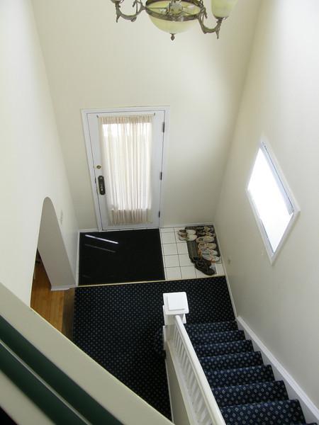 Desde lo alto de la escalera, puerta de entrada a la casa
