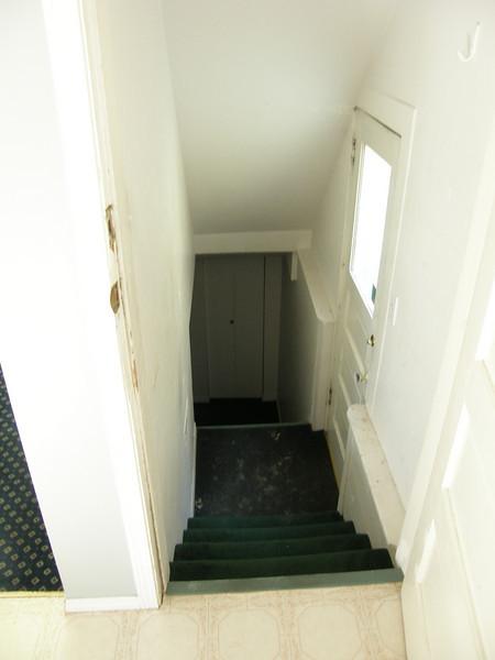 A la izquierda segun entras en la cocina Hay una puerta que lleva al sotano donde estan la lavadora y secadora. Esta zona la comparto con otra persona que vive en el sotano, en una habitacion separada y con su propia entrada.