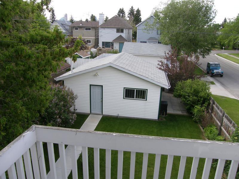 Jardincillo. Esa casita es el garage y trastero. Pertenece a la propiedad pero la usan los propietarios para guardar sus cosas