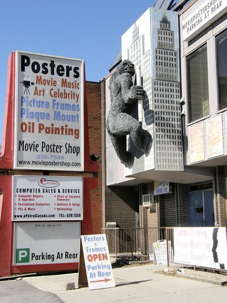 Curioso! En esta tienda encontre un poster de los Blues Brothers que ahora tengo en mi habitacion.