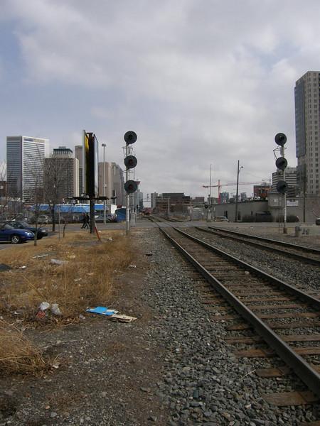 Me imagino que aqui es donde los mendigos abren la puerta del tren de mecancias y saltan en marcha antes de que el tren llegue a la ciudad.