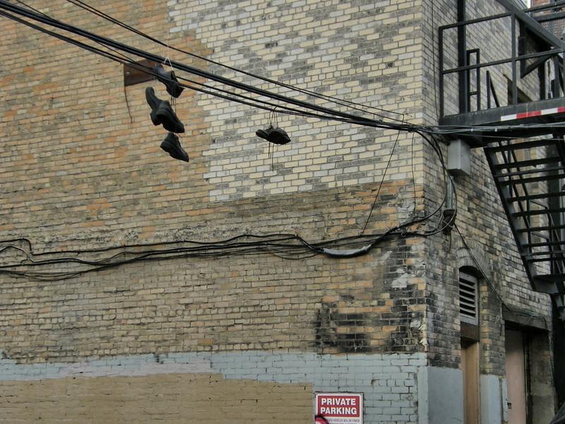 Zapatos colgando de un cable. Arte o guarrada?