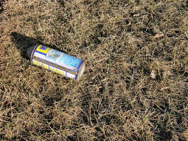 Otro objeto descolorido por el sol que algun cerdo tiro al suelo y que nadie ha sido capaz de recoger en que se yo cuanto tiempo.
