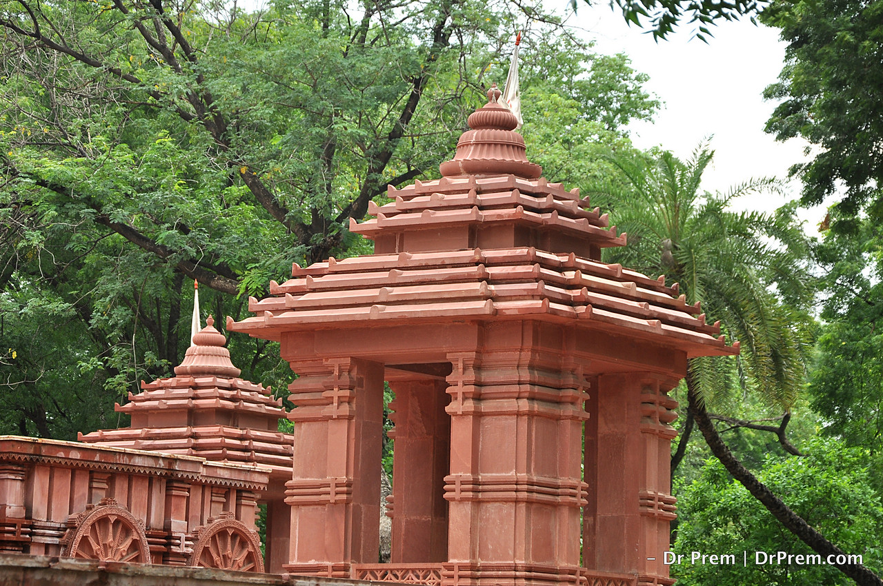 Gwalior is the famous city of Indian state of Madhya Pradesh. Gwalior fort, Teli ka Mandir, Gurudwara, Jain rock cut sculptures, Sun temple and Kali badi are famous spot for tourist.