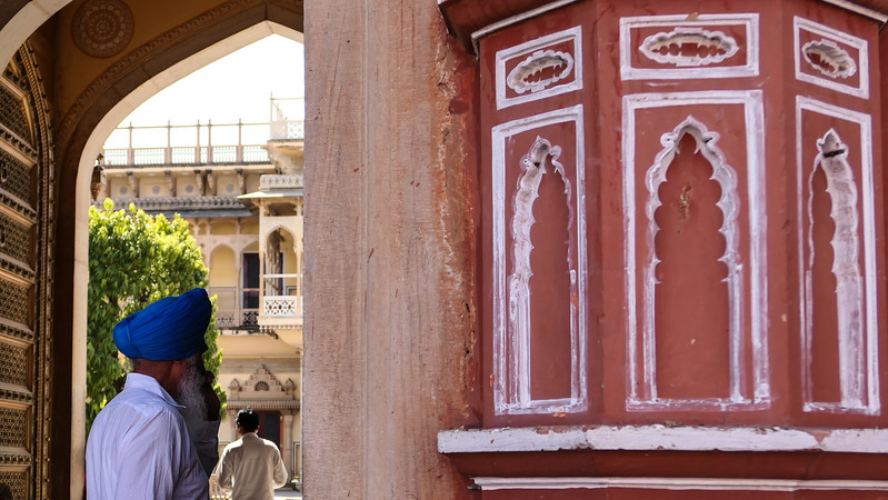 Pink walls and white details in Jaipur.