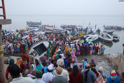 085 - Pilgrims going on boats in the Ganges