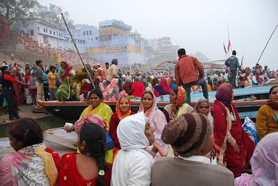 087 - Pilgrims on the Ganges