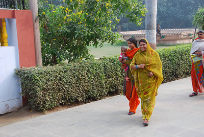 025 - Indian women in Sarnath